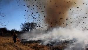 des-pompiers-realisaient-une-operation-de-feu-ontrole-quand-un-tourbillon-de-poussiere-s-est-forme_65108_w300
